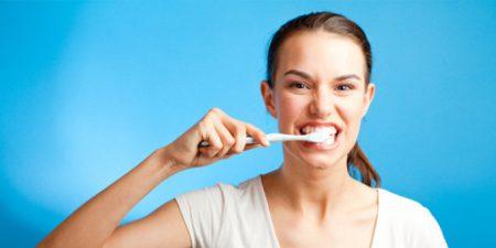 menggosok gigi