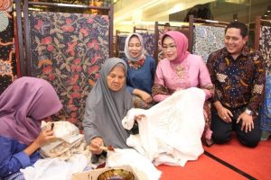 Ibu Dra.Hj. Fatma Saifullah Yusuf, selaku Ibu Wakil Gubernur Jawa Timur.