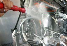 Mencuci Sepeda Motor,