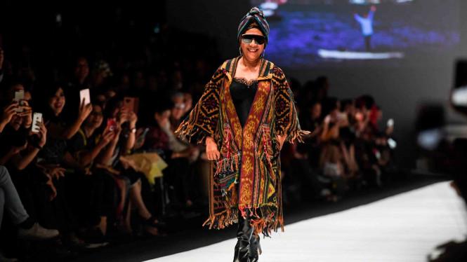 Susi Pudjiastuti Ikut Berjalan di Catwalk Jakarta Fashion Week 2019