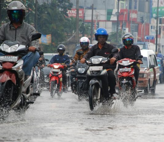 Tips Memilih Jas Hujan